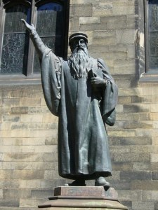 Statue von John Knox vor dem New College in Edinburgh